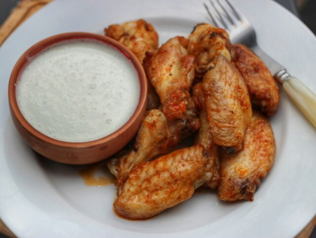Hot Wings with Blue Cheese Sauce (Recipe)